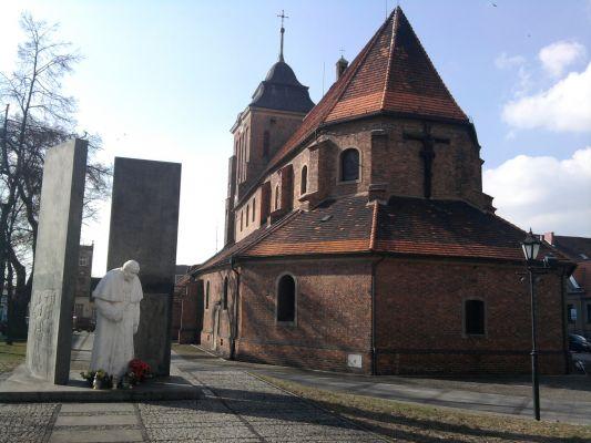 Września - Kościół farny p.w. Wniebowzięcia NMP i św. Stanisława BM z pomnikiem Jana Pawła II