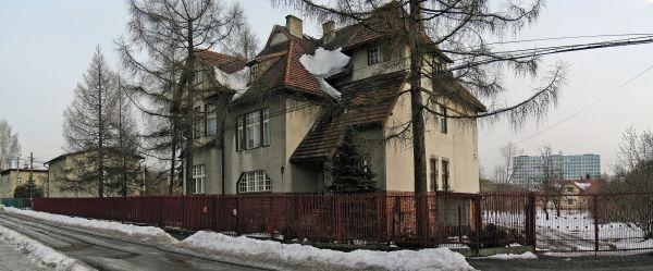 Zabytkowa willa w Katowicach-Ochojcu. W tyle szpital - symbol dzielnicy