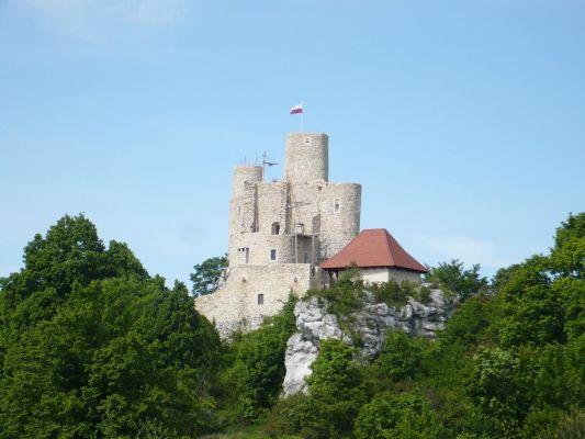 Zamek Bobolice - widok na zrekonstruowane mury od południa