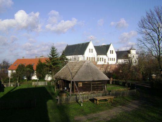Zamek w Koninie-Gosławicach i znajdujący się obok zamku Skansen