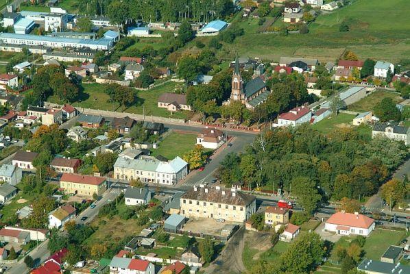 Zdjęcie lotnicze centralnej części miejscowości Kałuszyn z kościołem