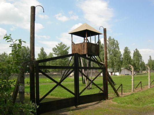 Zrekonstruowana wieża strażnicza w Łambinowicach
