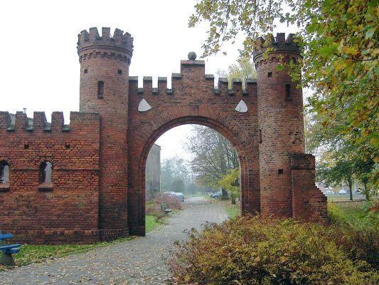 Brama i mury przy ul. Dąbrowskiego w Gubinie