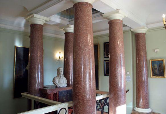 """""""Ołtarz masoński"""" w klatce schodowej pałacu w Śmiełowie"""