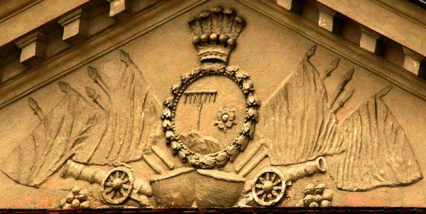 Tympanon z herbem Lipskich (Grabie). Pałac w Czerniejewie