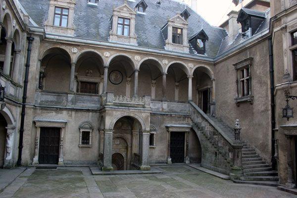 Zamek w Gołuchowie, dziedziniec