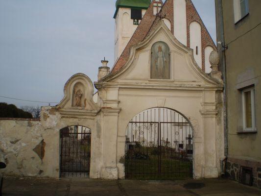 Barokowa XVIII-wieczna brama kościelna w Kwielicach
