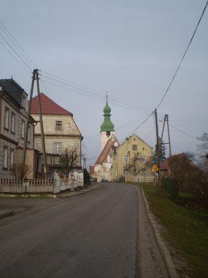 Widok na kościół i parafię w Kwielicach