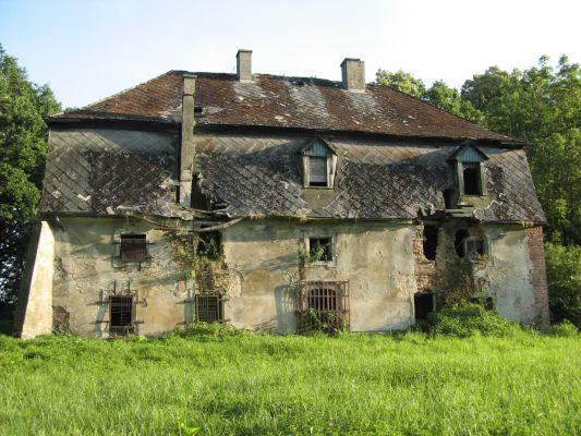 Rezerwat przyrody Łężczok koło Raciborza, ruiny pocysterskiego, zabytkowego dworku myśliwskiego.