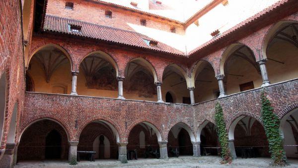 Zamek biskupi w Lidzbarku Warmińskim - dziedziniec
