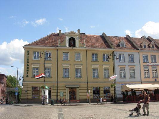 Pan Twardowski - rzeźba  na Starym Rynku w Bydgoszczy