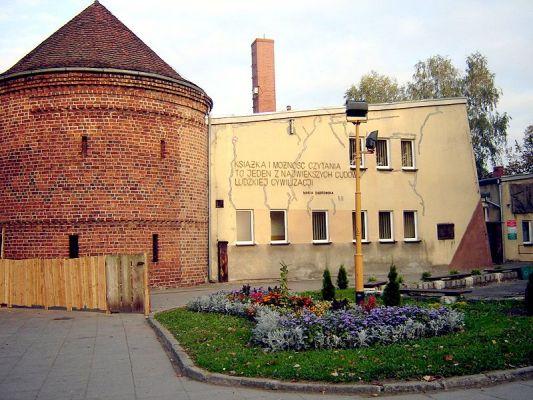 Biblioteka miejska z zabytkowym Barbakanem w Choszcznie