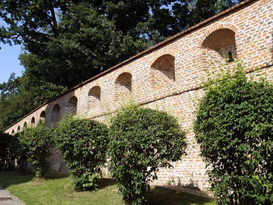 Klasztorne mury obronne przy kościele OO. Bernardynów w Przeworsku