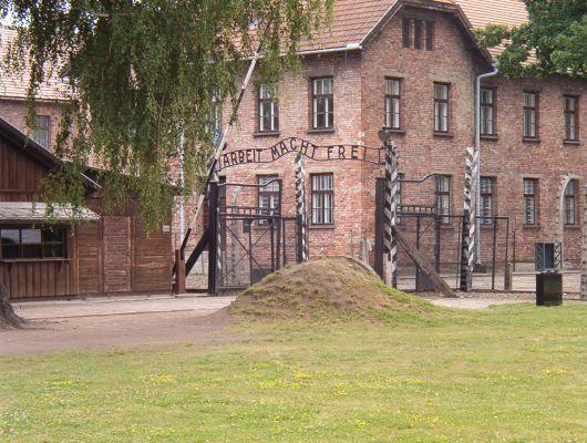 Brama główna obozu koncentracyjnego w Oświęcimiu