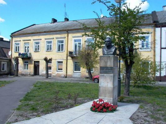 Góra Kalwaria 002.jpg  Pomnik Józefa Piłsudskiego w Górze Kalwarii