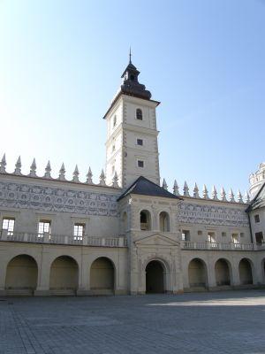 Zamek w Krasiczynie - wieża zegarowa z bramą