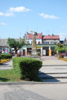 Pomnik na Placu Kościuszki (rynek) oraz dworzec PKS w Nowym Mieście nad Pilicą