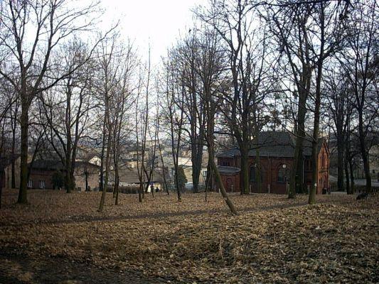 Kaplica w Kozłowej Górze - widok z parku