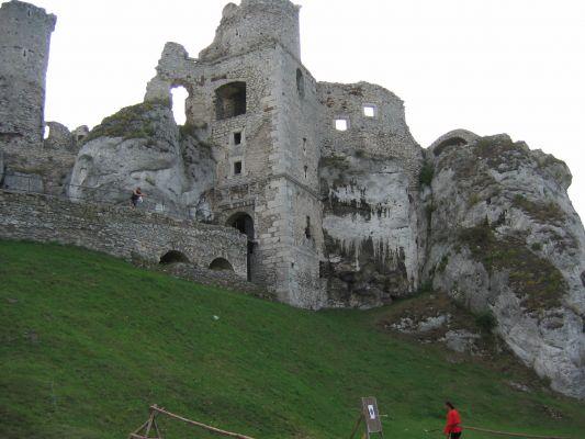 Ogrodzieniec - fragmenty murów zamku - widok od drogi