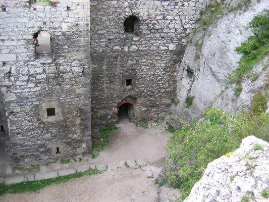 Ogrodzieniec - jeden z dziedzińców zamku