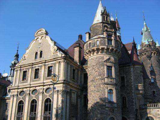 Pałac w Mosznej - wieżyczki od wejscia pd-ws