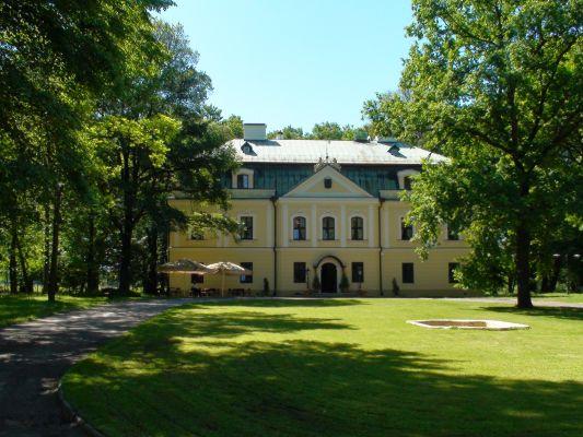 Pałac w Rybnej i dziedziniec - od wschodu