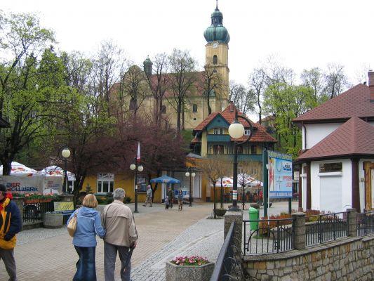 Widok na Górę Klasztorną w centrum Polanicy-Zdroju