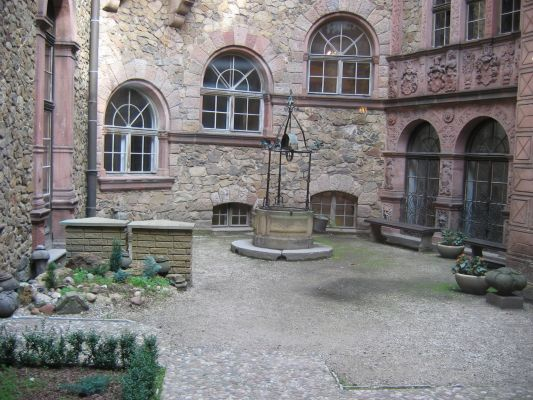 Zamek Książ - studnia na dziedzińcu wewnętrznym