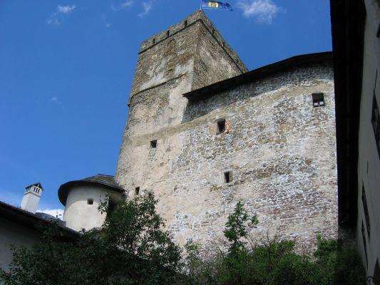 Zamek w Niedzicy - widok na wieżę z dziedzińca