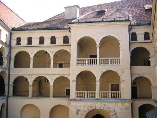 Zamek w Pieskowej Skale - arkady nad bramą