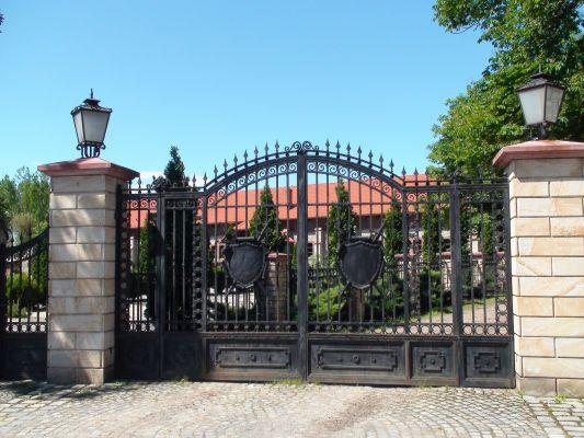 Zamek w Starych Tarnowicach - brama wjazdowa (pd)