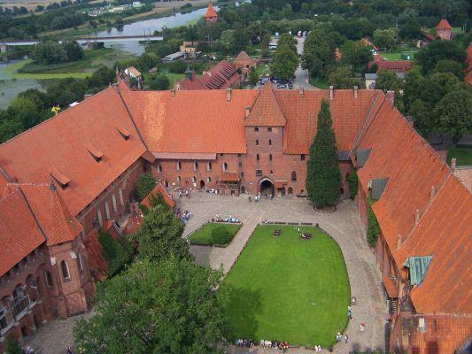 Dziedziniec zamku średniego w Malborku. Widok z wieży zamku wysokiego.