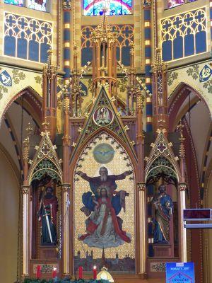 Ołtarz główny neogotyckiego kościoła Świętej Trójcy z 1886 w Bytomiu