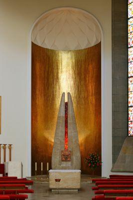 Prawy ołtarz boczny z mozaiką ufundowaną przez kardynała Ratzingera w archikatedrze pw. Chrystusa Króla w Katowicach