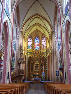 Wnętrze neogotyckiego kościoła Świętej Trójcy z 1886 w Bytomiu