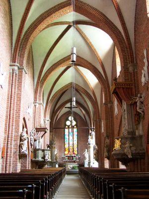 Wnętrze zabytkowego kościoła wchodzącego w skład Pocysterskiego Zespołu Klasztorno-Pałacowego