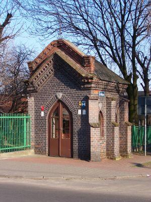 Zabytkowa kapliczka przy ulicy Źródlanej na Dębie w Katowicach