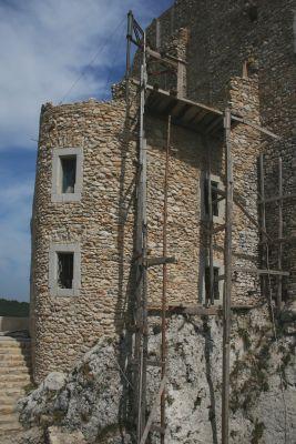 Bobolice - odbudowa jednej z wież zamku (sierpień 2008)