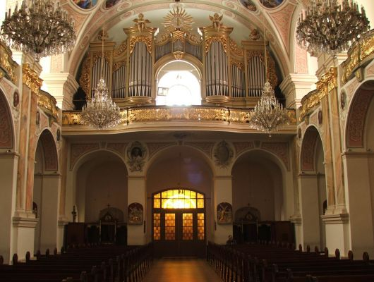 Wnętrze bazyliki w Pszowie  z widokiem na chór