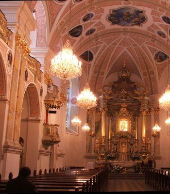 Wnętrze bazyliki w Pszowie  z widokiem na ołtarz
