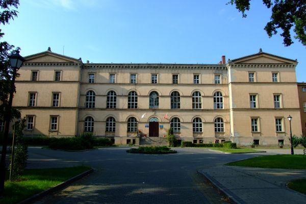 Gmach dawnego zakładu Franciszka Grotowskiego w Lublińcu. Obecnie klasztor Misjonarzy Oblatów Maryi Niepokalanej oraz szkoła
