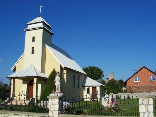 Kaplica w Mirowie z zamkiem w tle