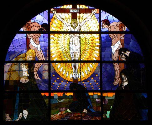 Witraż przedstawiający Ukrzyżowanie w katedrze w Bielsku-Białej