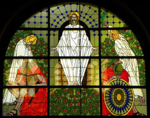 Witraż przedstawiający Zmartwychwstanie w katedrze w Bielsku-Białej