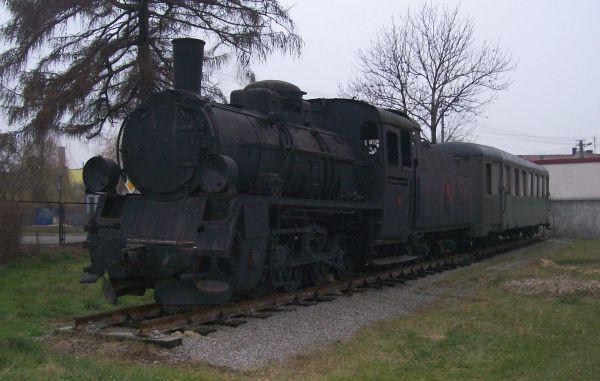 Lokomotywa i wagon zlikwidowanej Wieluńskiej Kolei Dojazdowej w Praszce