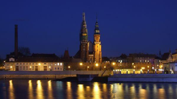 Opole nocą. W centralnym punkcie katedra