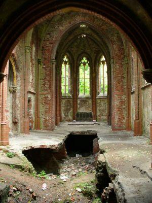 Zrujnowana kaplica pałacowa w Kopicach