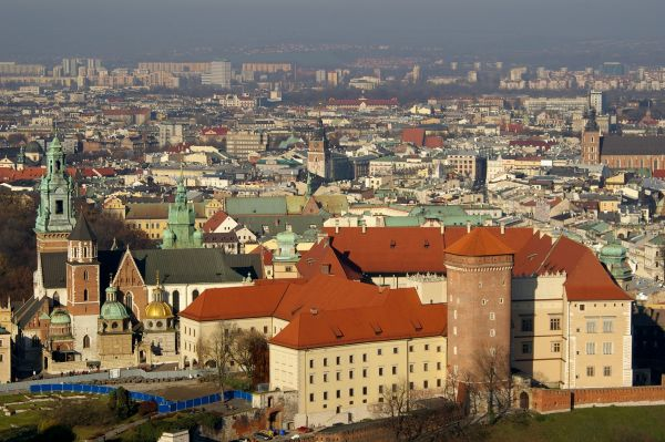 Widok na Wzgórze Wawelskie z balonu widokowego w Krakowie
