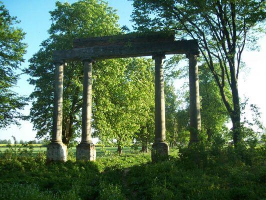 """Brama wjazdowa do pałacu Karskich we Włostowie od strony parku, tzw. """"diabelska"""""""