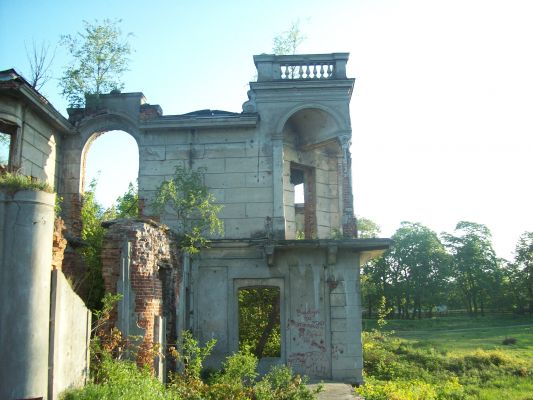 Pałac Karskich we Włostowie, ruiny jednego ze skrzydeł